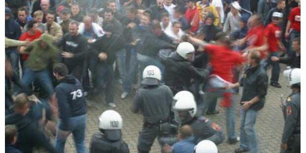 Sturm-Hooligans gingen auf Polizei los