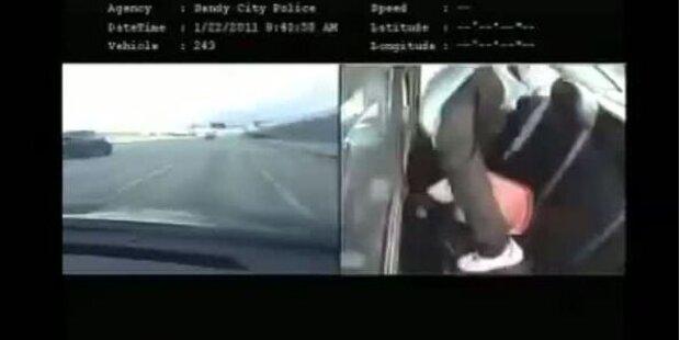 Verbrecher springt aus Polizeiauto