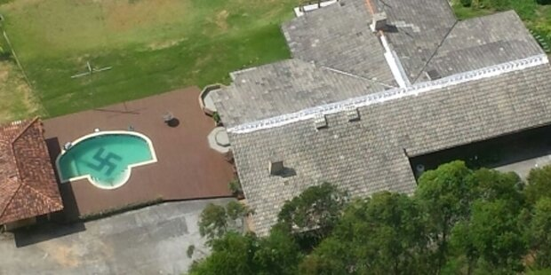 Villa mit Hakenkreuz im Pool