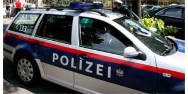 Zwei 17-Jährige setzen in Tirol Auto in Bachbett