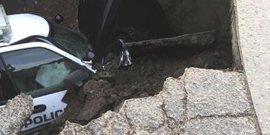 Schlagloch schluckte ganzes Polizeiauto