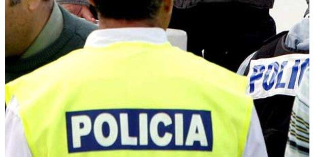 Polizist richtet Waffe gegen sich