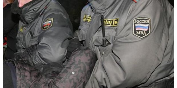 Polizisten quälen Journalisten zu Tode
