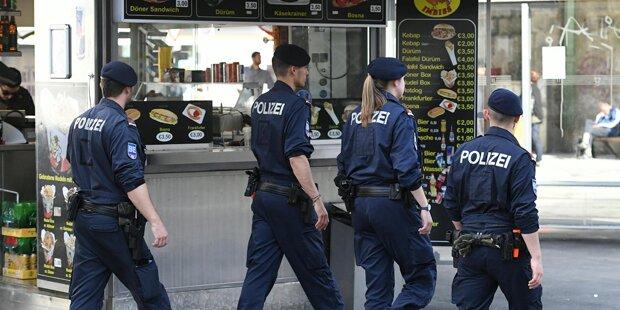 Wütender Mob geht auf Polizisten los