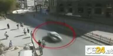 Polizist wird auf Auto mitgezerrt