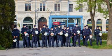 Polizisten bei Demo im Votivpark