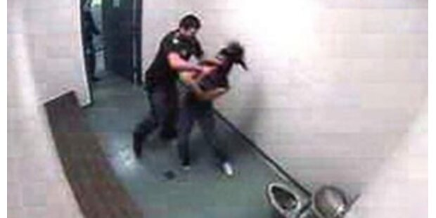 US-Cops verprügeln Mädchen in Zelle