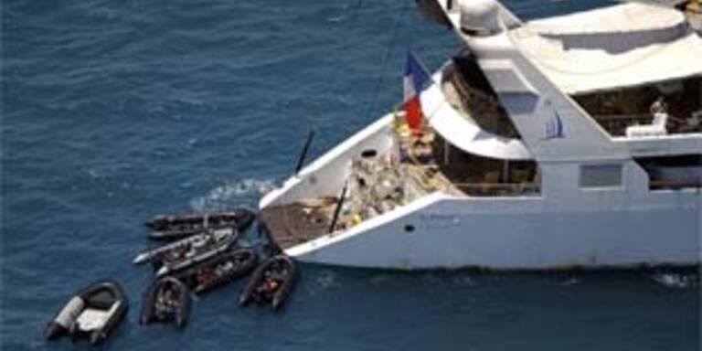 Französische Regierungstruppen übernehmen die Yacht