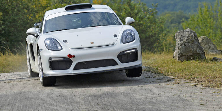 Porsche jagt Cayman über Rallyestrecke
