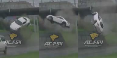 Porsche fliegt meterhoch durch die Luft