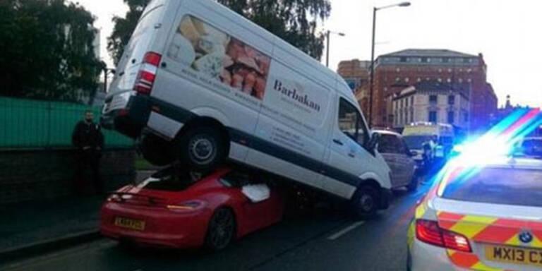 """Lieferwagen auf Porsche """"geparkt"""""""