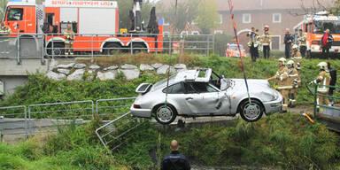Porsche-Fahrer stirbt nach Crash unter Wasser