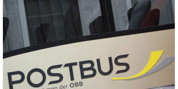 Auto rammt Postbus mit 16 Kindern