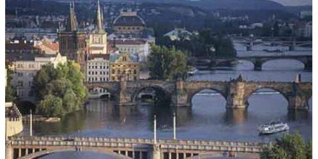 Österreicher springt von Karlsbrücke