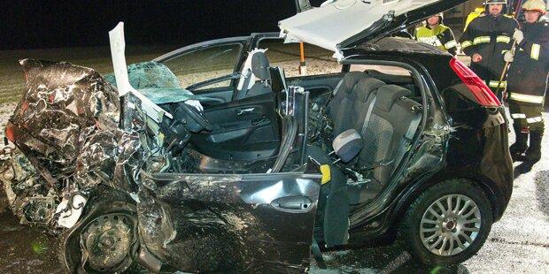 Fiat Punto rast in Gegenverkehr - ein Toter