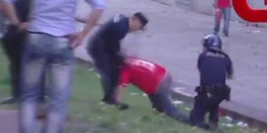 Polizist prügelt Fan vor seinen Kindern