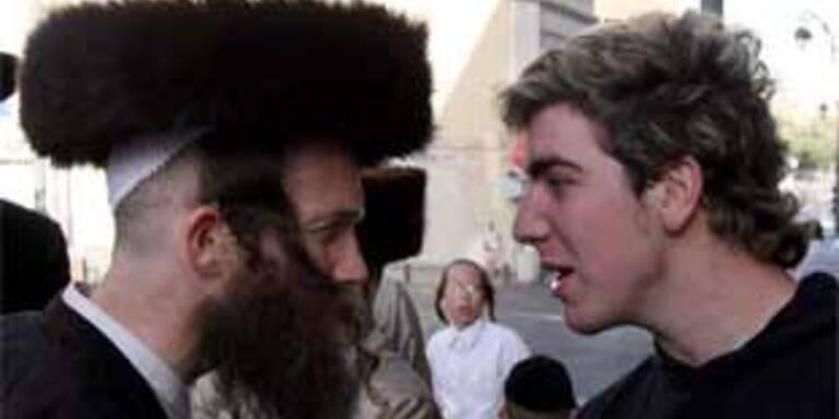 Priester prügeln sich vor Heiligem Grab