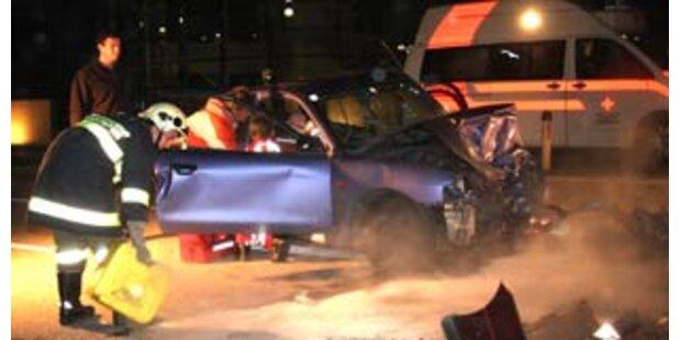 Beifahrerin nach Unfall in OÖ eingeklemmt