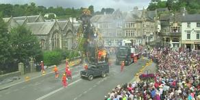 Mann-Maschine durchquert Devon