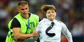 WM Finale: Flitzer rennen über Spielfeld