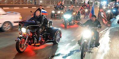 Putin kurvt auf Trike zu Biker-Treffen