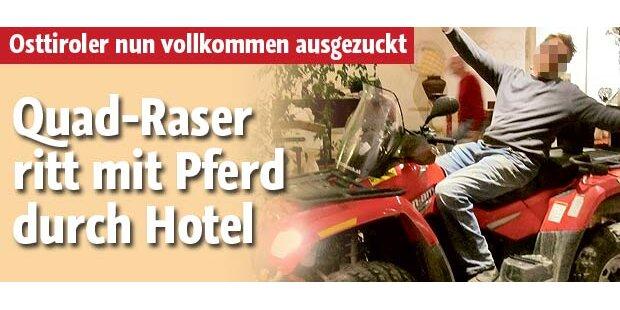 Quad-Raser ritt mit Pferd durch Hotel