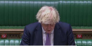 Kein Abstand, kaum Masken: Britisches Parlament wieder voll besetzt