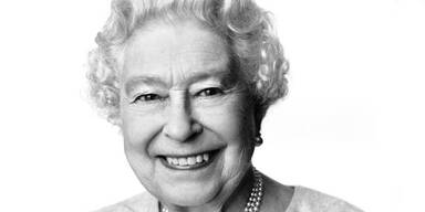 """Foto mit """"spitzbübischem"""" Blick der Queen"""
