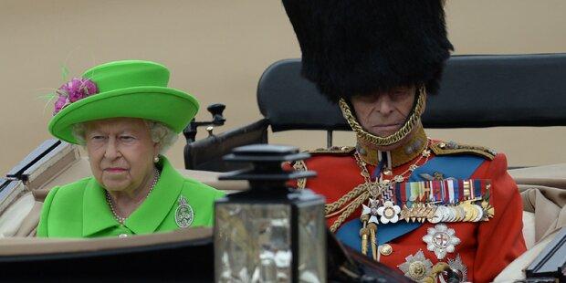 Queen feiert in neongrünem Kostüm