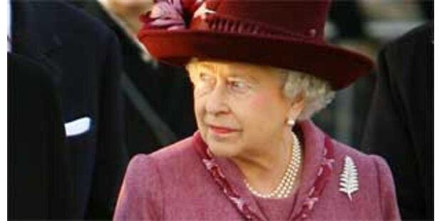 Queen verwendet Geschenkspapier mehrmals
