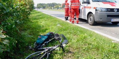 E-Biker von Pkw erfasst und getötet - Lenker flüchtete