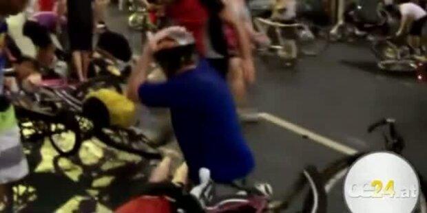 Autofahrer rast in Radfahrgruppe - Fahrerflucht