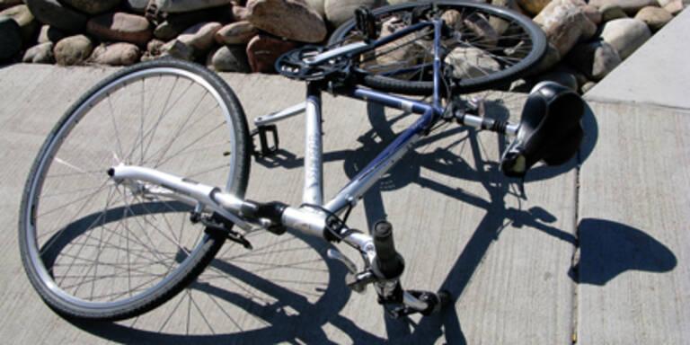 Radfahrer von Zug überrollt: Tot