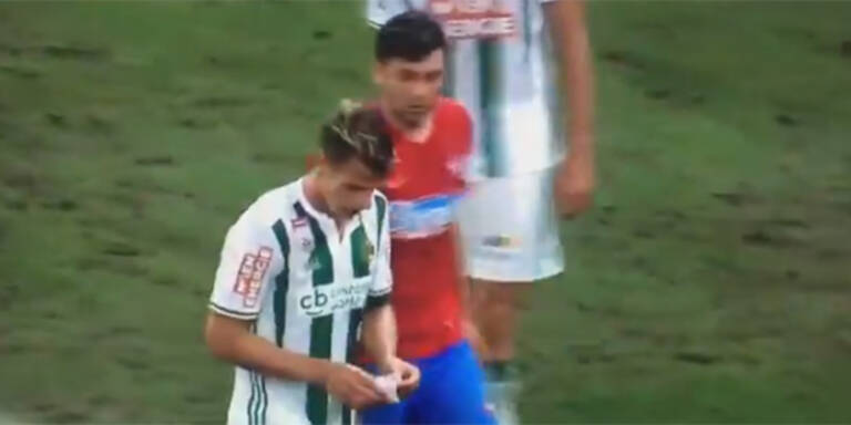 Steaua-Spieler stiehlt Taktik-Zettel
