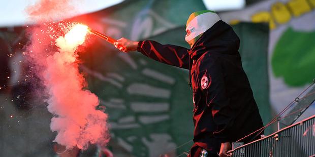 Wurfgeschoß trifft Spieler: Rapid-Fans sorgen für Skandal