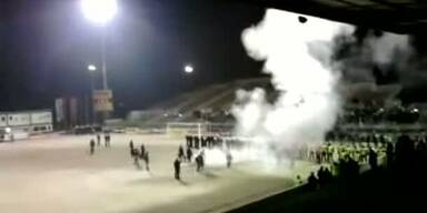 Rapid-Fans zucken aus. Feuer auf dem Spielfeld