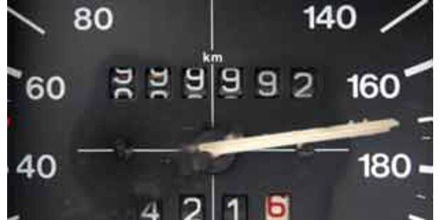 Raser jagt mit 163 km/h über A10