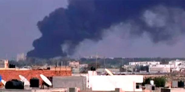 Dunkler Rauch über der Festung von Gaddafi in Tripolis