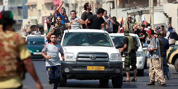 Rebellen auf ihrem Weg durch Tripolis