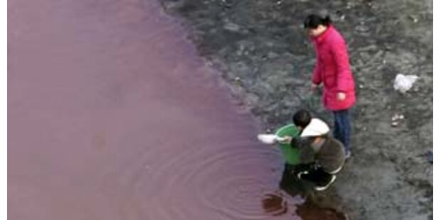 Flusswasser in China rot verfärbt