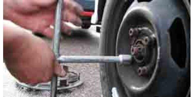 Betrunkener schlief beim Reifenwechseln ein