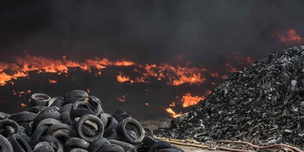 Feuer in Reifendeponie: Siedlung geräumt