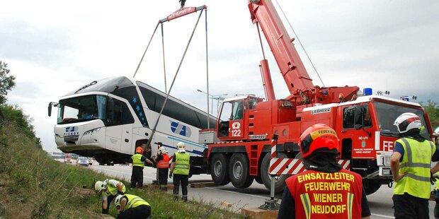 Reisebus rast auf A2 in Graben