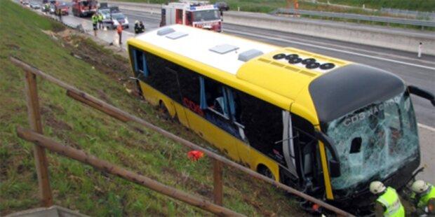 Reisebus auf A5 in Graben katapultiert