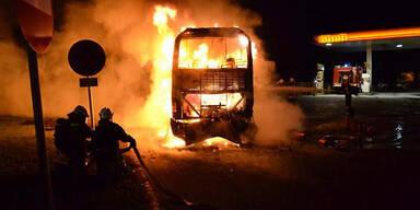A2: Reisebus brennt auf Raststation aus