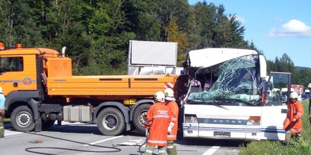 Verletzte nach Crash mit Reisebus auf A1