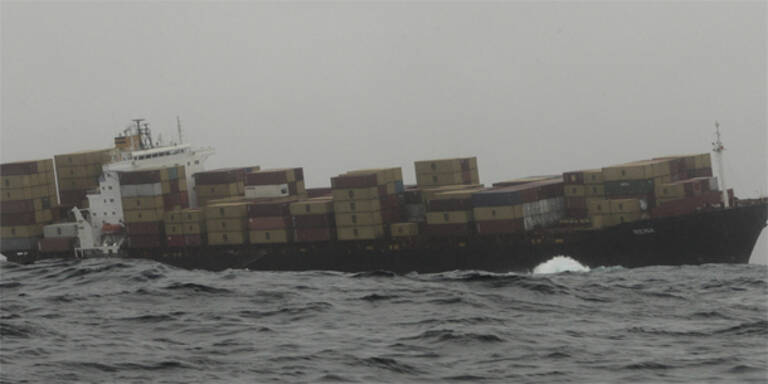 Havarierter Frachter verliert weiter Öl