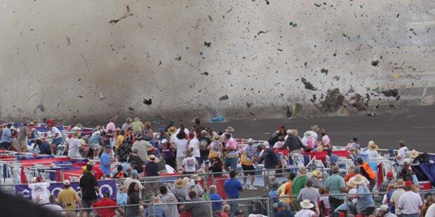 Flugzeug stürzte bei Air-Show in Tribüne
