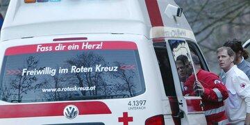 Gleichgewicht verloren: Mann (69) bei Sturz von Leiter verletzt
