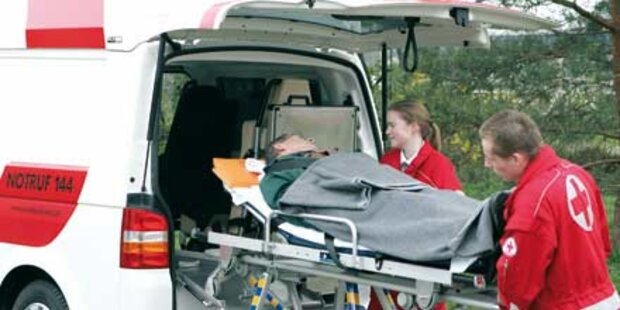 Rentnerin rutscht aus - Von Auto angefahren
